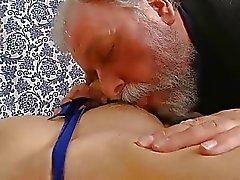 Junge playgirl nimmt alte böse wang in ihrem Mund