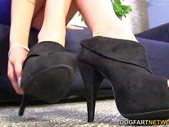 Kaylee di Hilton porta della BBC con i piedi che sexy del
