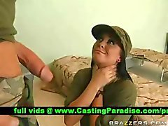 Jackie Daniels engasgos galo enorme no exército