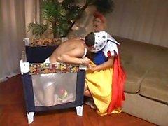 Ролевая игра пара одет как клоун и большой пупсик получите причудливое