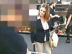 Vollbusigen business woman durch Pfandgegen Mensch im Hinterzimmer schlug