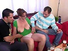Горячая 3some с возмужалым птенца за парой пива