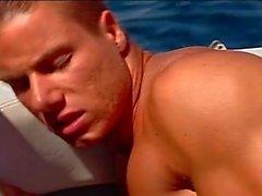 De pompage anal fervents bord du yacht avec crampons musclé
