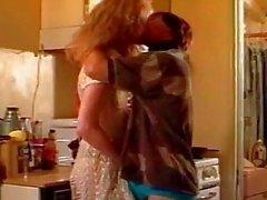 Big boobed mature salope obtient baisée dans la cuisine