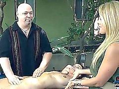Pussy massage expert fournit de grands orgasmes pour ses clients