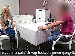 Pequenas amador mamas ferrado no sofá no cargo ao anunciante falsa