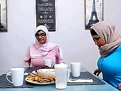 Daughter Catches Stepmom Table altında Her BF Emme