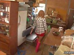 Asya glam çiftlik kız bir salatalık ile kedi ovuşturarak