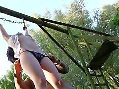 Puta pequena escravos Submissivo usado como brinquedo sexual reunido comunidade de BDSM