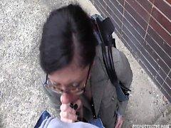 Брюнетка жена трахал снаружи на дороге на работу