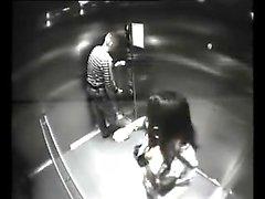 Resort spycam quebrado no elevador e pega par fucking