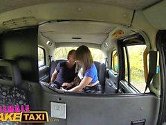 Nainen Fake Taxi Sexy tatuoitu kuljettaja nauttii tahmea kasvojen