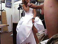 Bride birer piyon onun gelinliğini olmak ile pawn adam tarafından çivilenmiş için