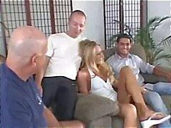 Manlief leert een les tijdens het kijken naar zijn blonde MILF vrouw krijgen bonsde