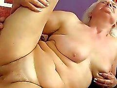 Vilaine forte poitrine la graisse mémé fait baiser