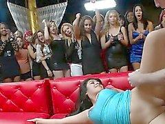 Сексуальная научный сотрудник хвастается своей гигантская мужской жезл во время партии