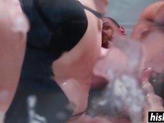 Una ragazza bruna gode del suo fresco sperma