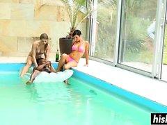 Gruppe von Freunden hat Spaß im Pool