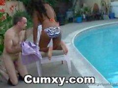 Guy лизать Ebony Ass на шезлонгах у
