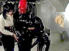 Amante de látex dos deleites seu traje o Gimp folheada do escrava para Breathplay