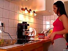 Ange de réveillon de digitation dans la cuisine