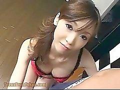 Fille asiatique donne coup d'emploi à la cuisine