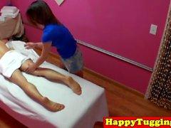 Skinny saccades masseuse asiatique et guy sucer