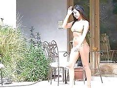 Annalisa sexy amazon met schitterende lichaam in bikini te zonnen en speelde kut buitenshuis