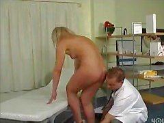 Doktor bildet ihre Muschi Nasse