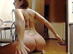 Ravishing Redhead mit einem himmlischen Esel gefällt ihre Löcher auf