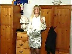 Britse MILF slut Anna in een paar solo scènes
