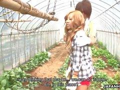 Aasialainen maatilalla lapsi saada kuseen ja kuori hotellin puutarhassa