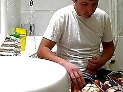 Knappe gay kerel betrapt aftrekken in het toilet