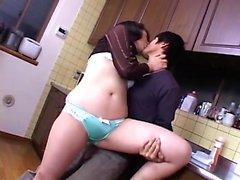 Milf japonesa dá cara tesão um boquete quente na cozinha