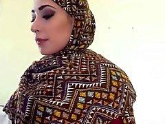 Mujer árabe obtiene su peludo coño jodido