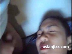 Hän järjesti kondomin edessä cock Ratsastus Indonesian