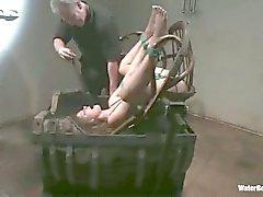 Tuhma Fayth Deluca gets paikalleen kiinnitettynä dunked veteen