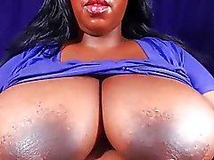 Толстушка показывает большие груди и твердые соски 2