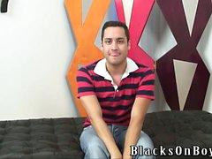 les gars Noire partage des un mec heureux bizarre