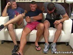 Sidottu kimpale kutittaa hänen jalkansa rakastava kypsä ystäviä