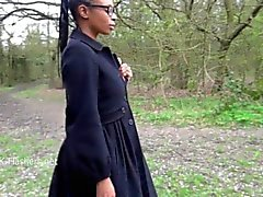 Ebenpuu tyttö Michelles julkisia vilkkuva ja mustalla cuties ulko- masturbointi