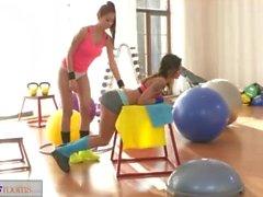 Spor odaları Asya afet sıkı vücut esmer bir orgazmik pompayı verir