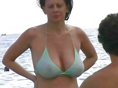 Caldi di Milf a bikini sulla spiaggia
