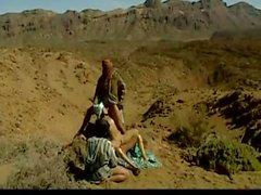Trois Arabes baise salope arabe chaude dans le désert.