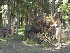 Masha und Sascha Junge Mädchen genießen die Natur