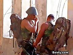 Beefy Soldier Kan niet wachten om seks te hebben