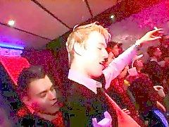 De Garçon gai mouvement sexy regardant à plus profond cou que de bloo