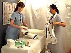 Twee lesbiennes meisjes spelen de Dokter - zetpil