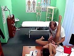 Доктор трахает свою старой друга брюнетки