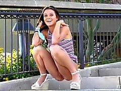 Adolescente Lana necesita orinar